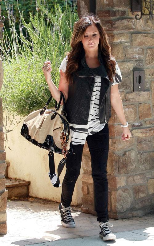 Ashley Tisdale en el aeropuerto de Los Angeles Ashley22