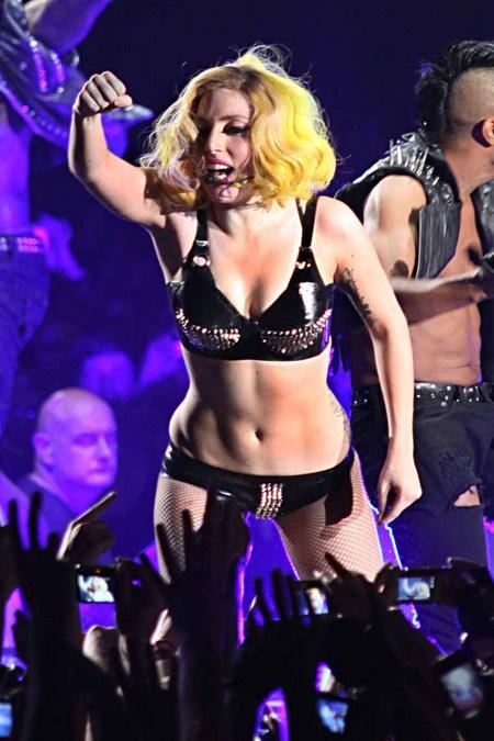 Lady Gaga en un concierto en Paris Galler13