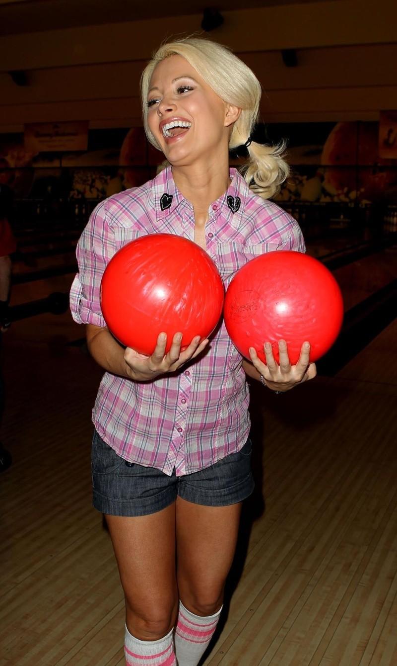 Holly Madison jugando a los bolos Holly_10