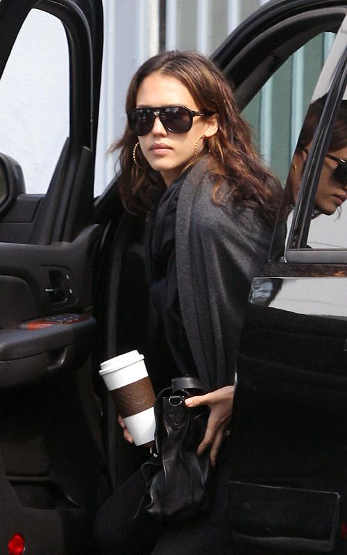 Jessica Alba saliendo de un coche en los LA Jessic13