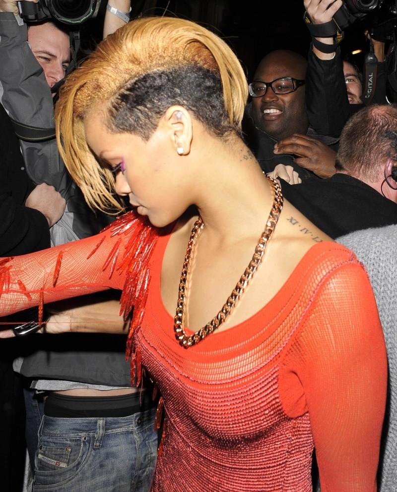 Rihanna en el coche llendo para un concierto Rihann17