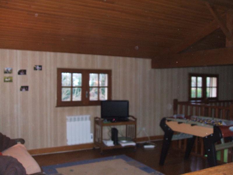quel papier peint choisir avec des menuiseries (poutre apparentes au plafond et portes) couleur  chêne clair? 01510