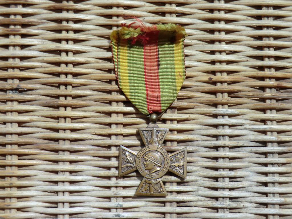 Cavalerie allemande, médailles et coupe papier Cimg4524
