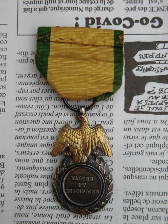 Médaille militaire 2nd Empire et casque allemand Cimg5616
