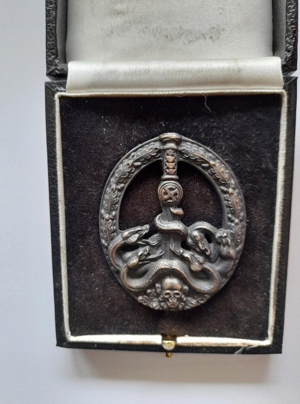 badge partisan (copie ou bonne?) Franci12