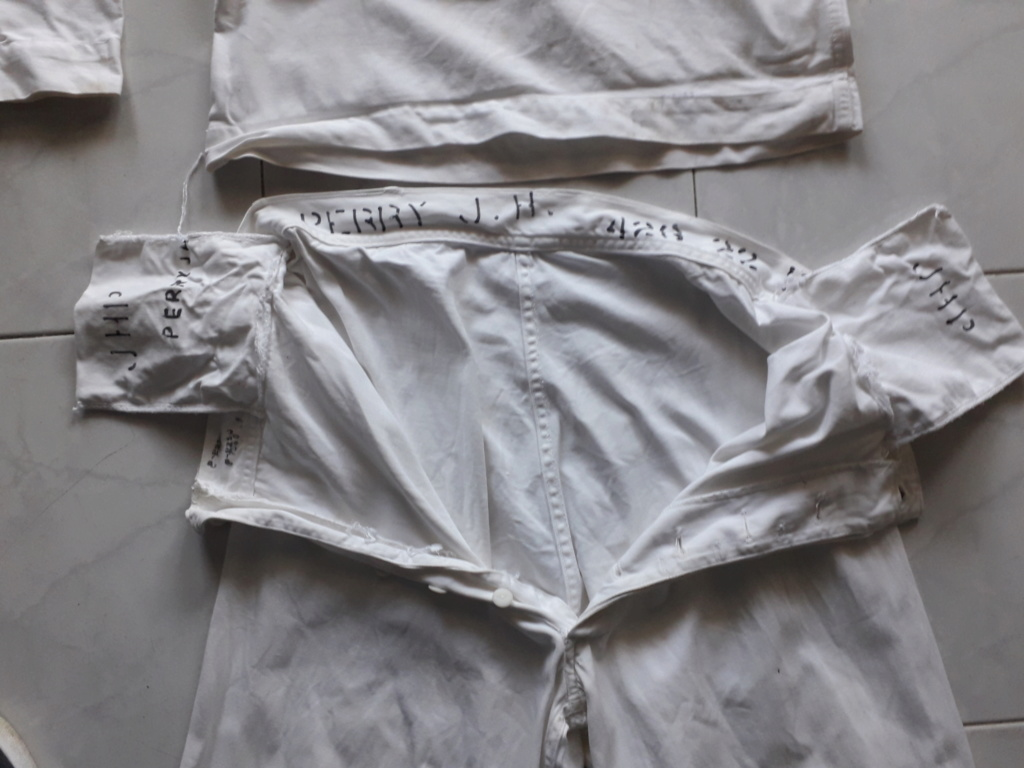 Deux tenues blanches US NAVY a identifier 20200261