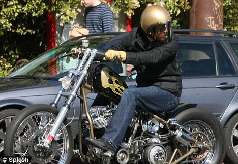 Ils ont posé avec une Harley, uniquement les People - Page 9 Articl12