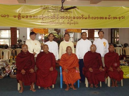 H.E U Kyi Thein   took part in Kahtein Ceremony held in Gaya Dsc00911