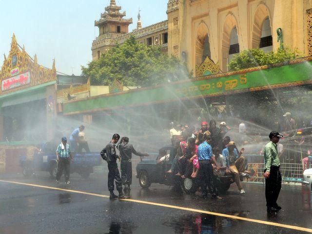 12 Monthly Myanmar Festivals Water_10