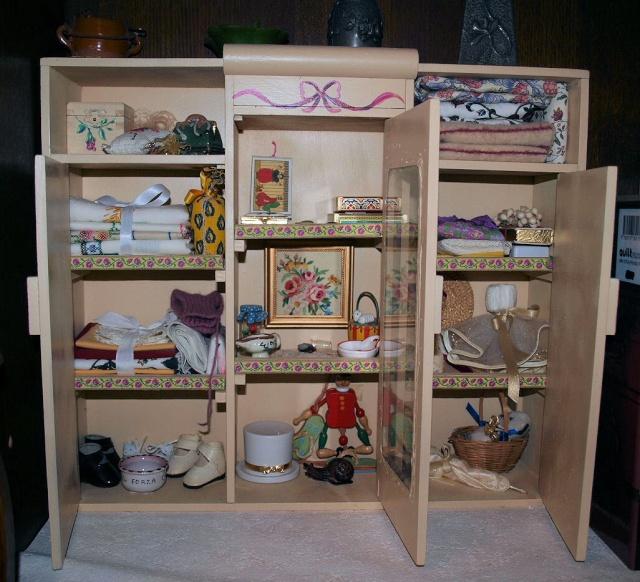 restaure des petits meubles de poupées des années 1950 Cc16