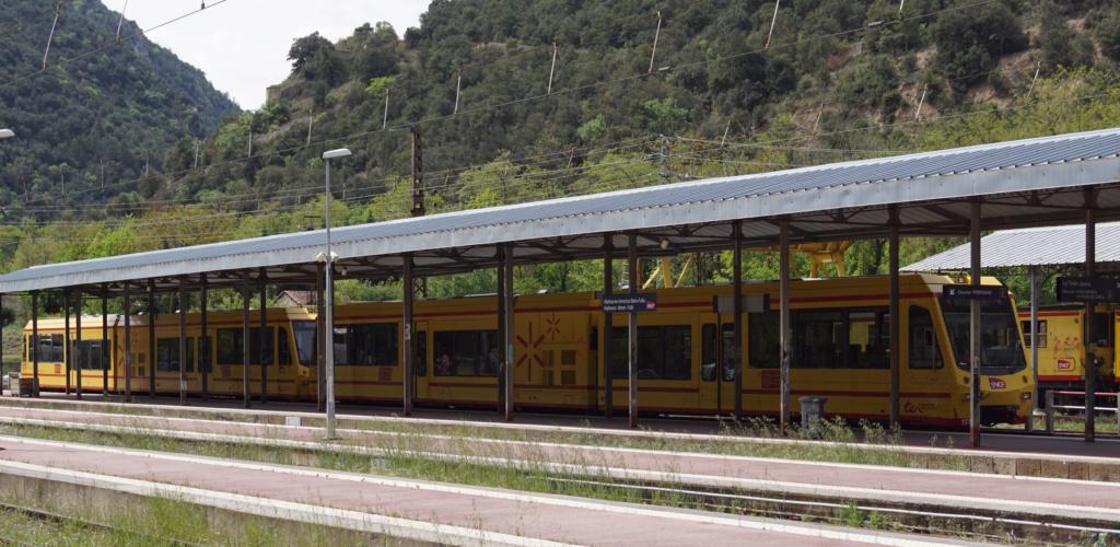 le train jaune ligne de Cerdagne de Villefranche Vernet les Bains à latour de Carol Villef10