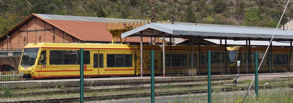 le train jaune ligne de Cerdagne de Villefranche Vernet les Bains à latour de Carol Villef11