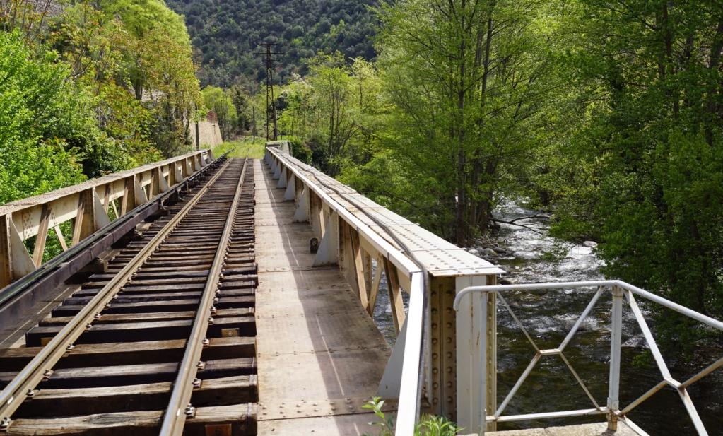 le train jaune ligne de Cerdagne de Villefranche Vernet les Bains à latour de Carol Villef17