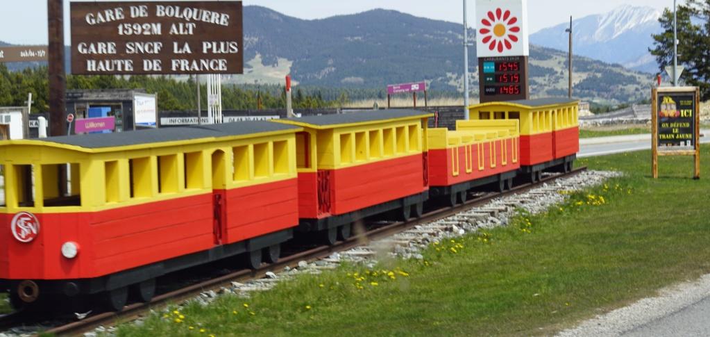 le train jaune ligne de Cerdagne de Villefranche Vernet les Bains à latour de Carol Villef25