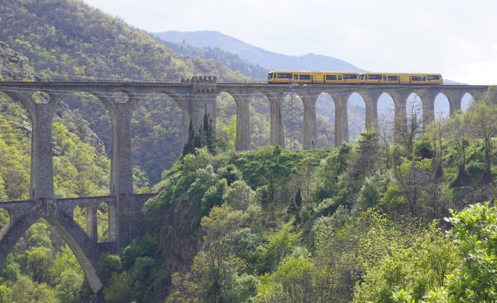 le train jaune ligne de Cerdagne de Villefranche Vernet les Bains à latour de Carol Villef28