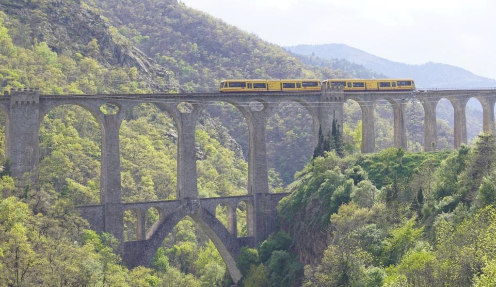 le train jaune ligne de Cerdagne de Villefranche Vernet les Bains à latour de Carol Villef29