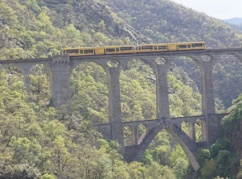 le train jaune ligne de Cerdagne de Villefranche Vernet les Bains à latour de Carol Villef30