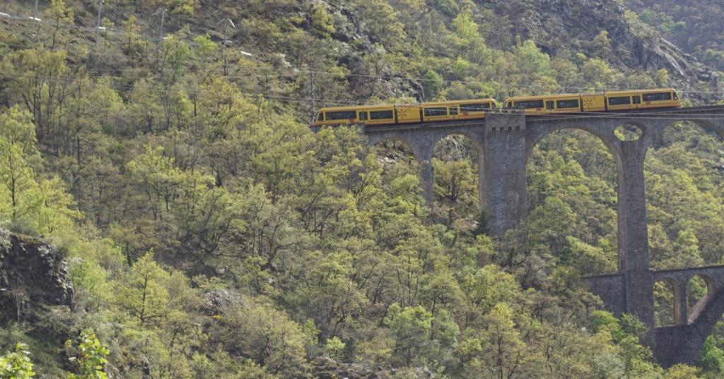 le train jaune ligne de Cerdagne de Villefranche Vernet les Bains à latour de Carol Villef31