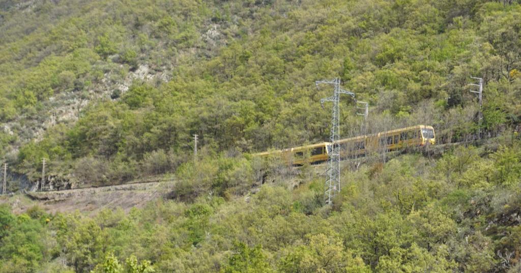 le train jaune ligne de Cerdagne de Villefranche Vernet les Bains à latour de Carol Villef33