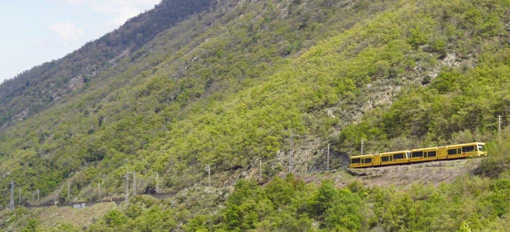 le train jaune ligne de Cerdagne de Villefranche Vernet les Bains à latour de Carol Villef34