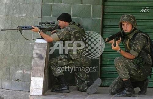 Soldat Brésilen avec lunette OIP 3,6 de seconde génération, je pensais que  cette marque etait utilisée que par l armée Belge FAL de l armée ... c2b259b12dd9