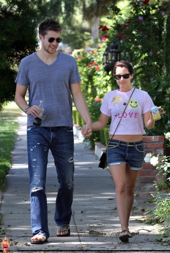 May 1 - Out in Toluca Lake with Scott - Page 2 Norma270
