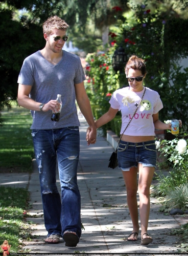 May 1 - Out in Toluca Lake with Scott - Page 2 Norma272
