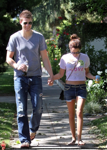 May 1 - Out in Toluca Lake with Scott - Page 2 Norma273