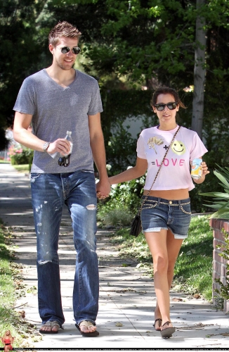 May 1 - Out in Toluca Lake with Scott - Page 2 Norma274