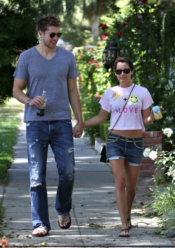 May 1 - Out in Toluca Lake with Scott - Page 2 Norma282