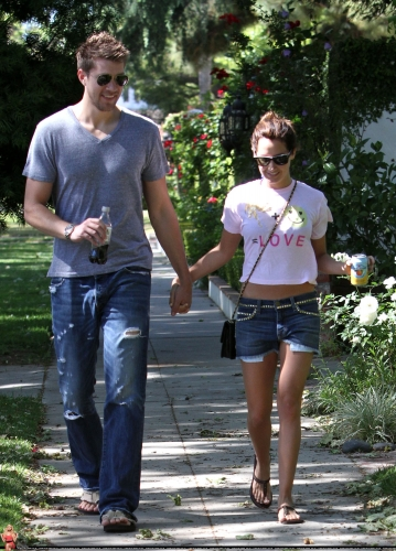 May 1 - Out in Toluca Lake with Scott - Page 2 Norma285