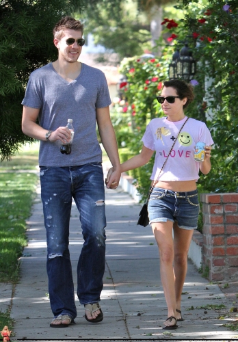 May 1 - Out in Toluca Lake with Scott - Page 2 Norma292