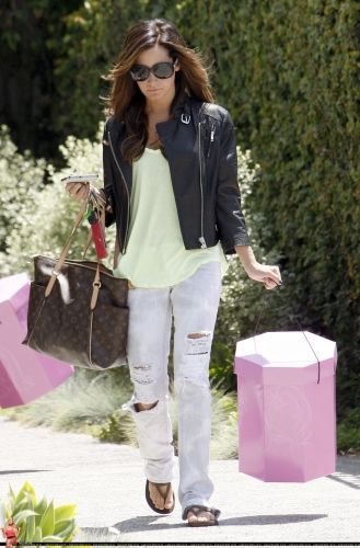 May 13-Leaving Andry Lecompte salon in west Hollywood Norma489