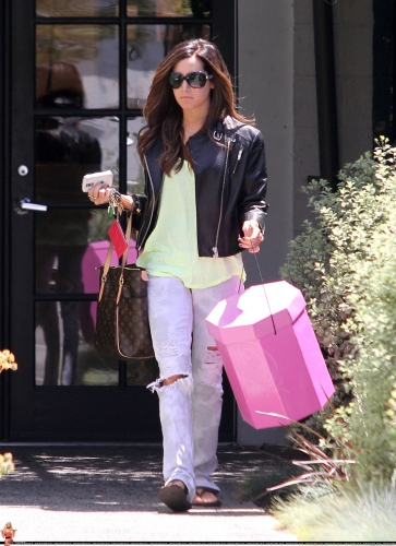 May 13-Leaving Andry Lecompte salon in west Hollywood Norma493
