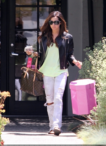 May 13-Leaving Andry Lecompte salon in west Hollywood Norma494
