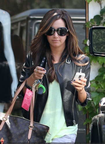 May 13-Leaving Andry Lecompte salon in west Hollywood Norma502
