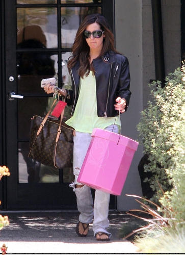 May 13-Leaving Andry Lecompte salon in west Hollywood Norma505