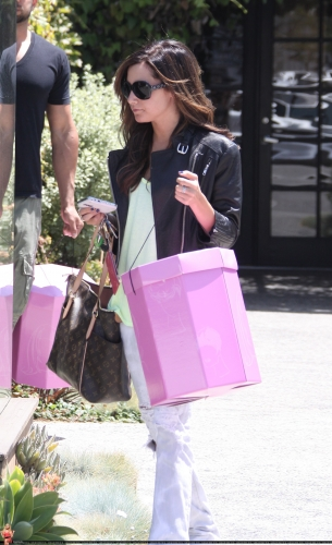 May 13-Leaving Andry Lecompte salon in west Hollywood - Page 3 Norma542