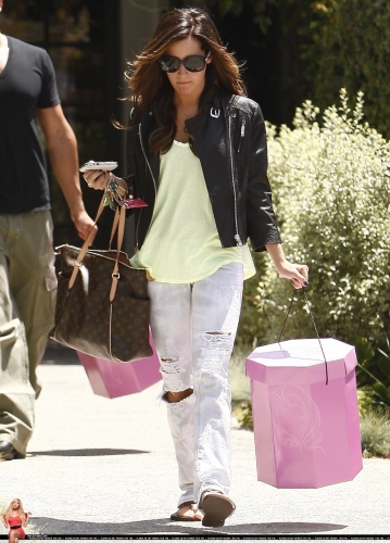 May 13-Leaving Andry Lecompte salon in west Hollywood - Page 3 Norma549