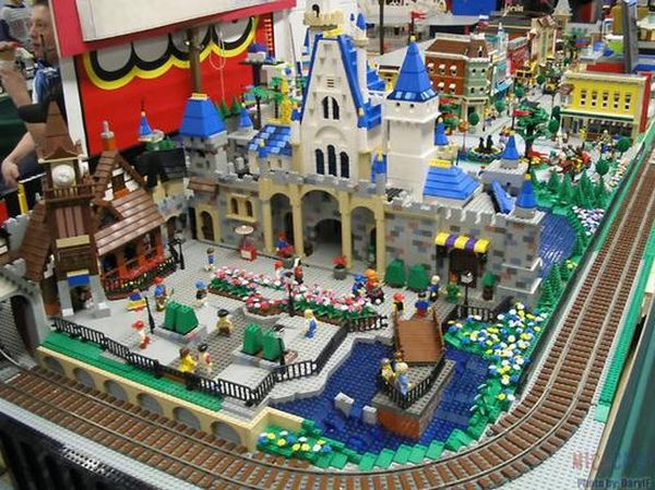 Tous à vos maquettes pour créer votre Disneyland ! Lego_d10