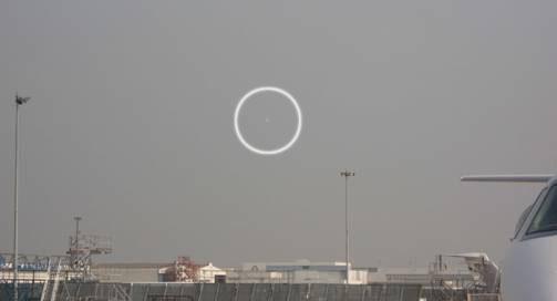 Une soucoupe volante dans le ciel parisien A10