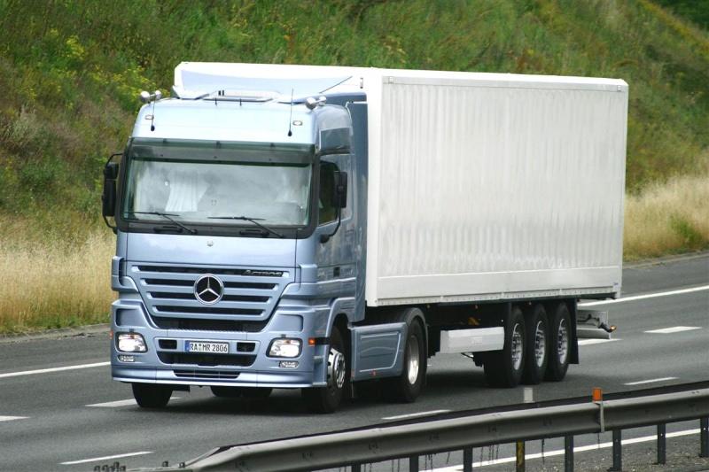 [Historique] Les Poids lourds Mercedes  Merce953