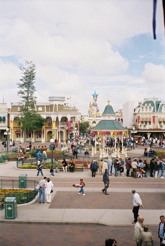 Remplacement des arbres à Disneyland Paris - Page 3 Dsc00012