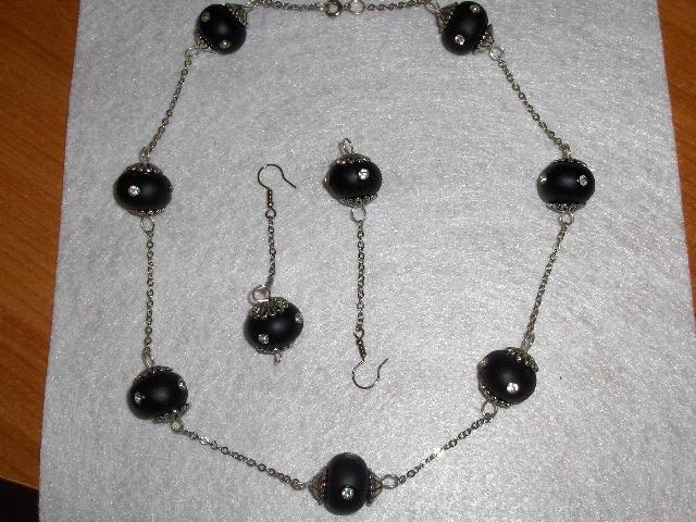 Collana e orecchini neri, con brillantini........ Immagi24