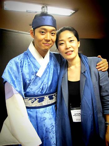 Yoochun con staff de SungKyunKwan Scandal 0041at10