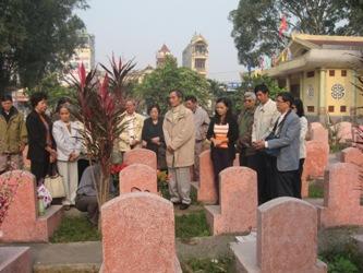 Viếng mộ liệt sĩ Phạm Trọng Vinh V2_28110
