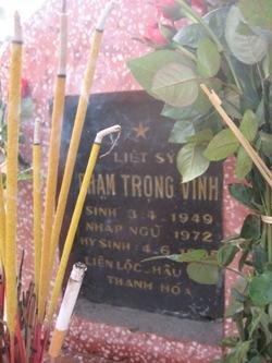 Viếng mộ liệt sĩ Phạm Trọng Vinh V3_28110