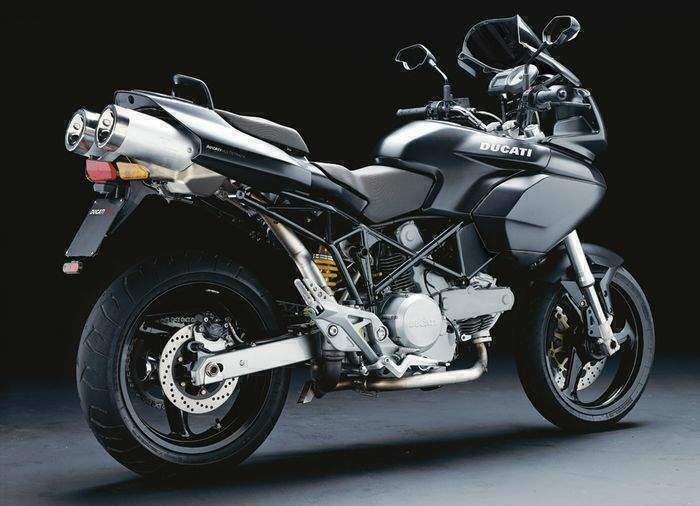 une seule femme ....mais plusieurs motos ! je me demande si...... Ducati10