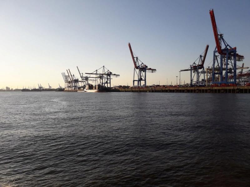 Auf der Elbe ist immer was los. Img-2012