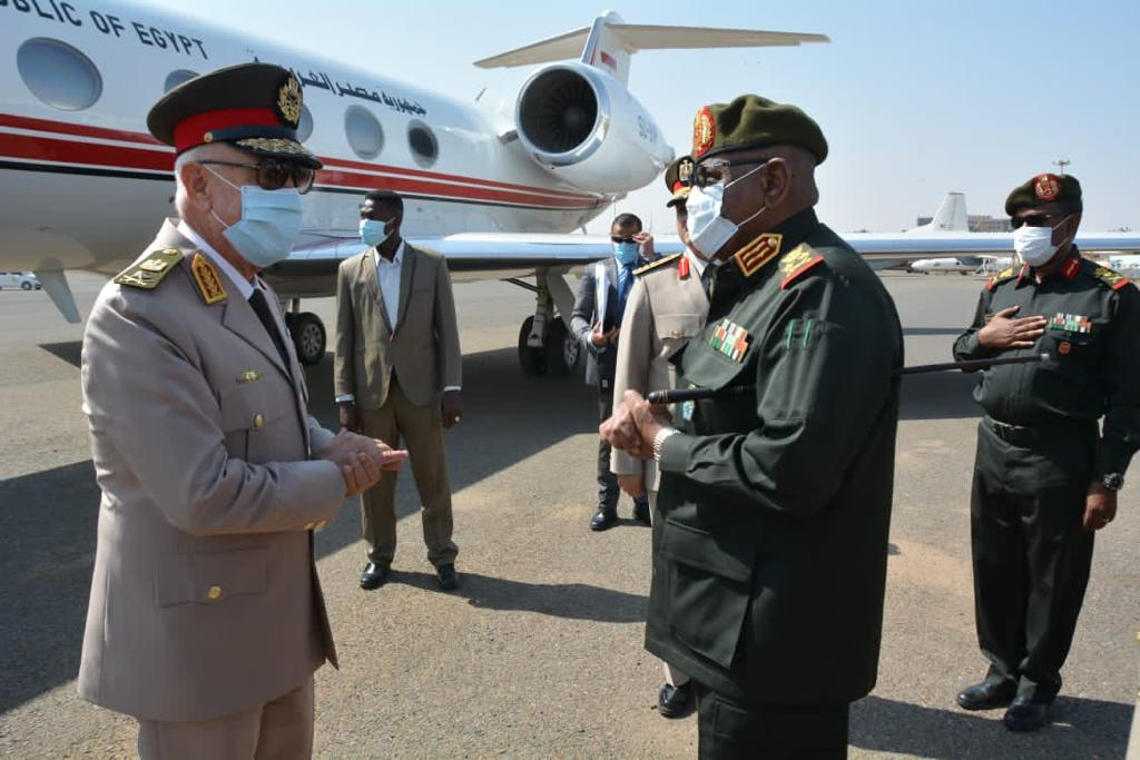 الفريق / محمد فريد رئيس أركان حرب القوات المسلحة المصرية  يغادر إلى السودان فى زيارة مفاجئة 12310810